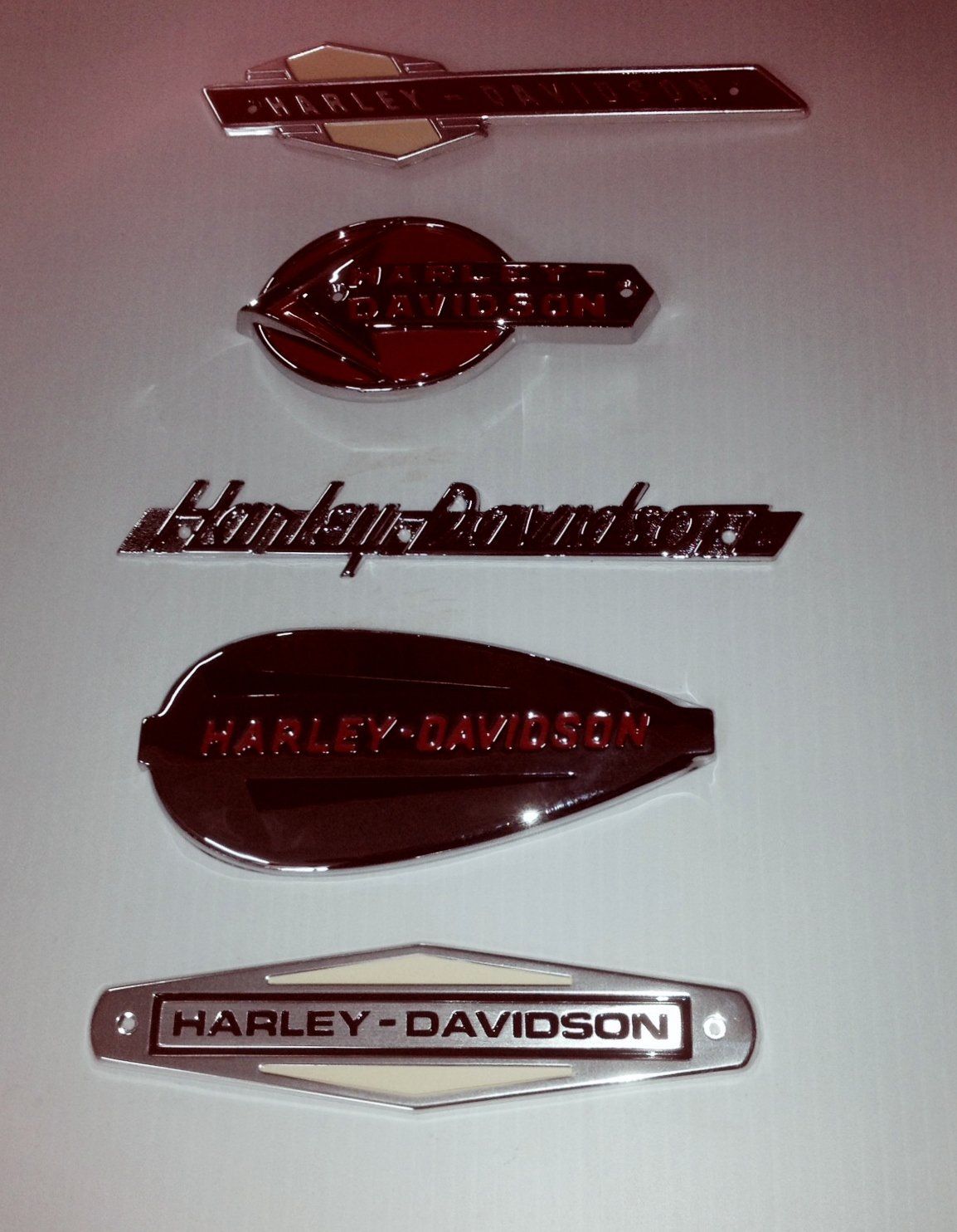 ASSORTED HARLEY DAVIDSON BADGES